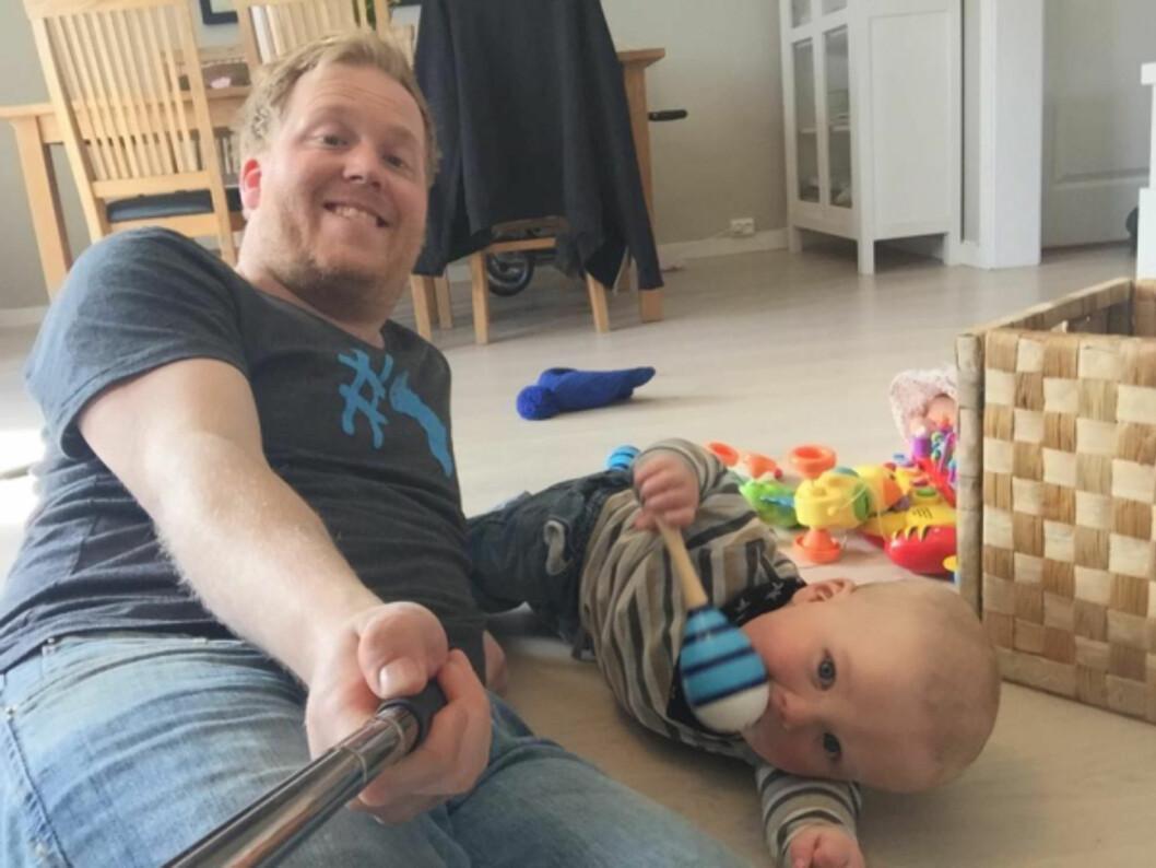 BLANDEDE ERFARINGER: Martin er i sin tredje pappaperm, denne gangen sammen med lille Tobias (10 mnd). Foto: Privat