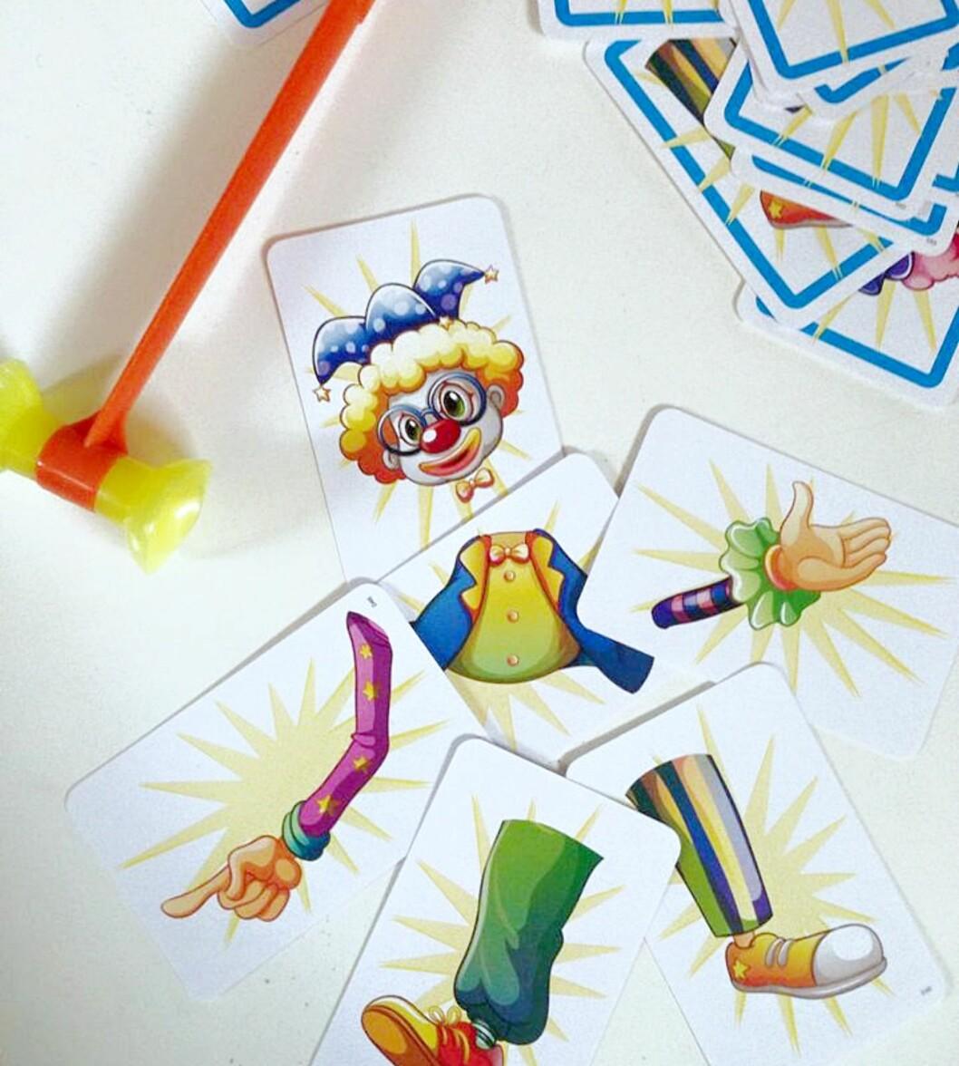 SAMLE KORTENE MED HAMMEREN: Den første som klarer å skaffe nok kort til en klovn har vunnet. Foto: Privat