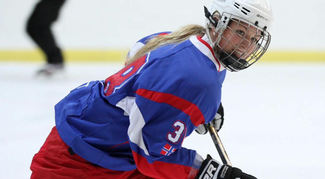 <b>24 UKER PÅ VEI:</b> Tina spiller ishockeykamp. Foto: Kenneth Myhre