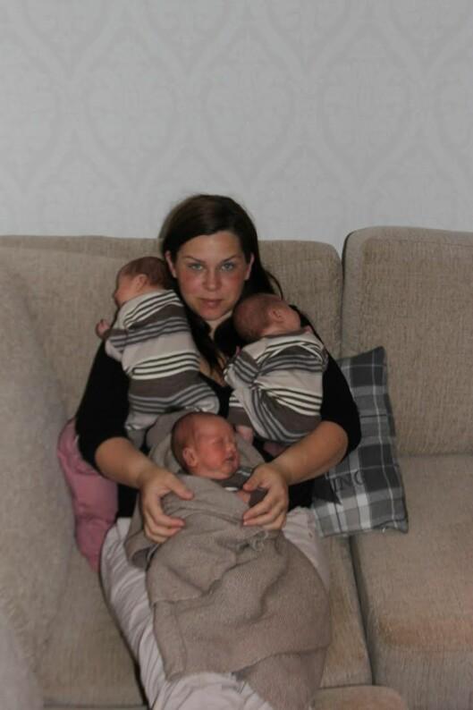 <strong>TRILLINGMAMMA:</strong> Trine Jacobsen og sine tre nyfødte sønner. Foto: Privat