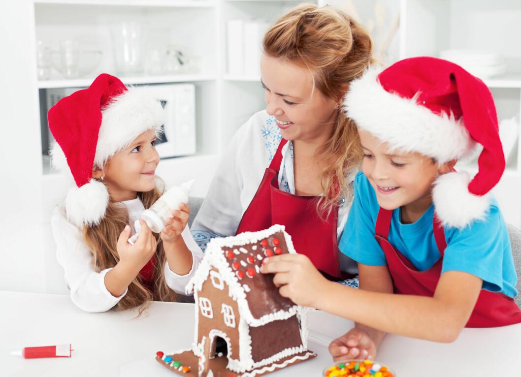 TIPS TIL AKTIVITETSKALENDEREN: Å bake julekaker er morsomt for både store og små! Foto: Shutterstock