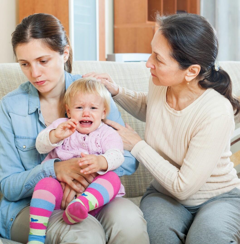 GENERASJONSKONFLIKTER: Hvor ofte man bør ta opp babyen er et spørsmål som kan skille generasjonene. Foto: Shutterstock