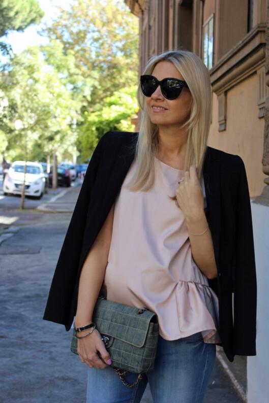VÆR LITT VÅGAL: Oversized-stilen funker selv om du er gravid. Kombiner den med et par smale jeans og stilig tilbehør, og du er good to go! Foto: Privat