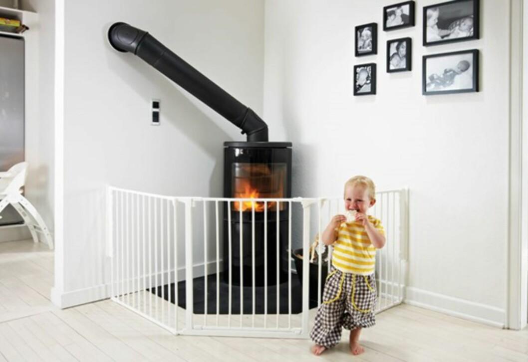 Sikkerhetsgrind: Sørger også for å holde barna unna en varm peis. Foto: Babydan
