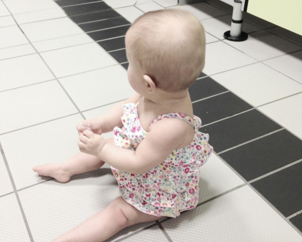 BAKTERIBOMBE? Noen mente Stina Skovli var uansvarlig som lot barna kravle på gulvet i svømmehallen. Foto: Privat