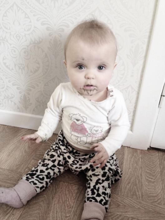 <strong>IKKE FARLIG:</strong> Tobarnsmor Stine Skoli blir ikke hysterisk om en av døtrene har puttet litt sand i munnen. Foto: Privat