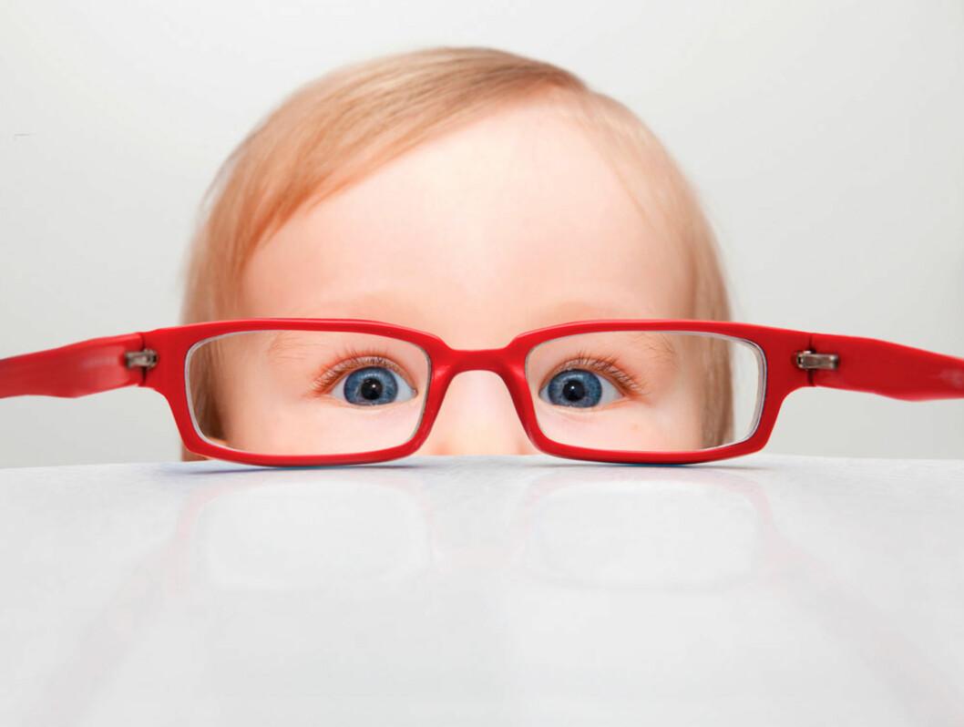<b>TRENGER BRILLER?</b> Noen tegn på synsvansker kan man se helt fra spedbarnsalder. Andre tegn viser seg først i skolealder. Foto: Shutterstock.com ©