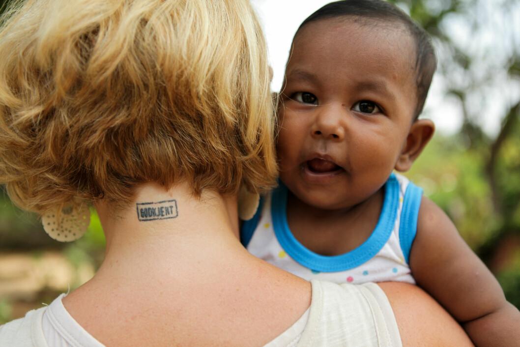 <strong>GODKJENT:</strong> Da Kristin fikk godkjennelse som adopsjonsforeldre, valgte hun å tatovere det i nakken. Foto: TVNorge/Håvard Jenssen