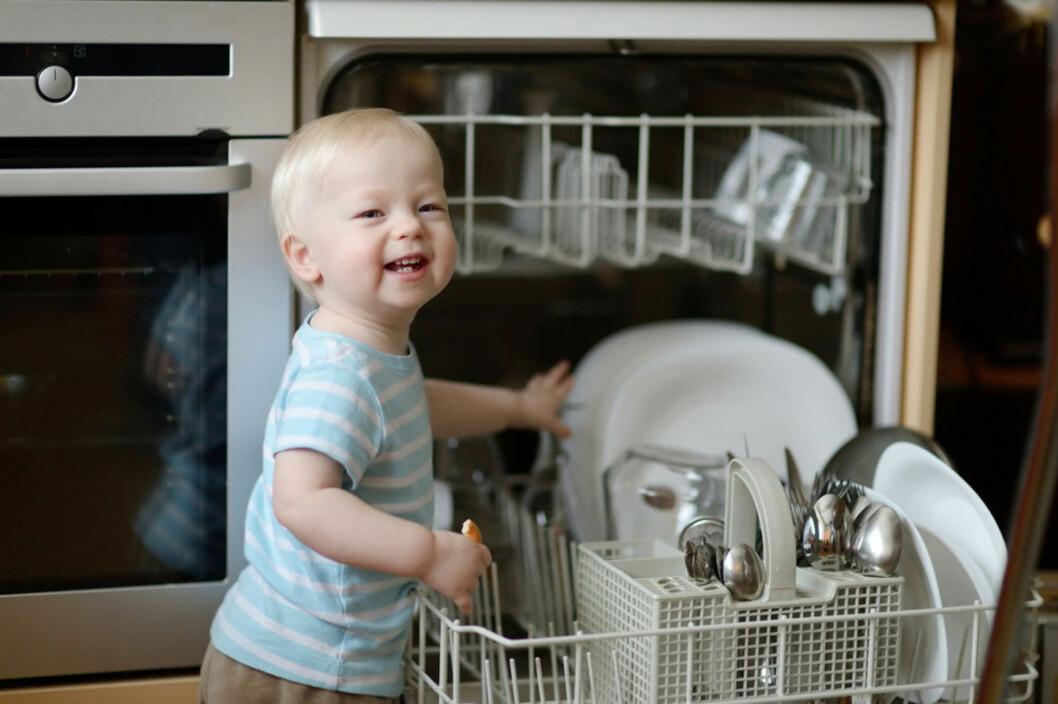 <b> BARN KLARER MER ENN DU TROR;</b> Å hjelpe til med å ta ut av oppvaskmaskinen for eksempel. Foto: Shutterstock.com ©