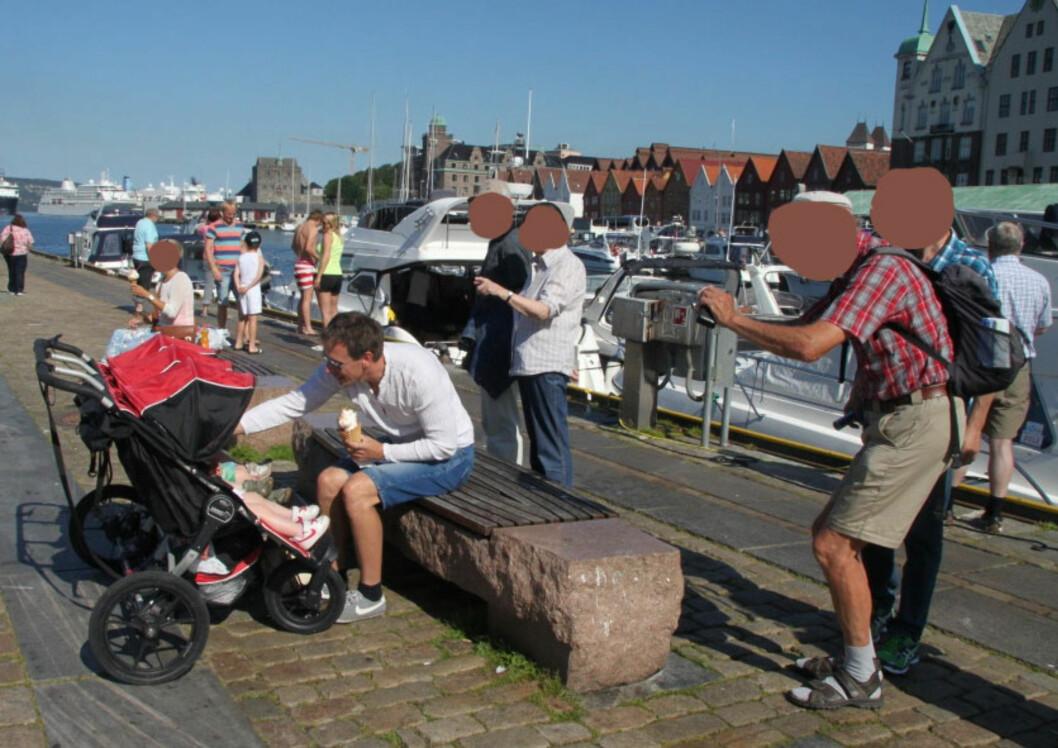 VAKTE OPPSIKT PÅ TUR: Turistene på Bryggen i Bergen hadde plutselig fått en ny attraksjon å ta bilder av. Foto: PRIVAT