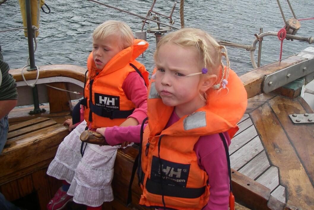 BARN OMBORD: Sørg for at ungene er riktig sikret før dere drar ut på bøljan blå. Foto: Johan J. Petersen
