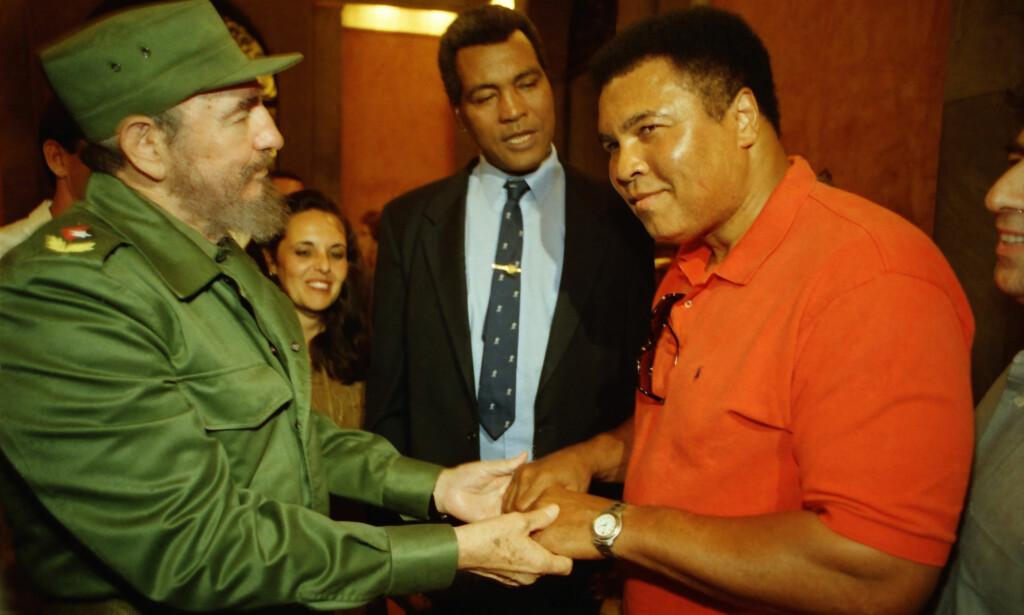 MESTERNE SAMMEN: Muhammad Ali og Teofilo Stevenson i møte med Fidel Castro i 1998 for å levere en stor donasjon humanitær amerikansk hjelp til Cuba. FOTO: Polaris/Emiliano Thibaut.