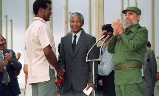IKON: Verdens beste bokseamatør Teofilo Stevenson fikk møte Nelson Mandela i 1991 da den sørafrikanske presidenten dro til Havana. FOTO: AFP/Rafael Perez