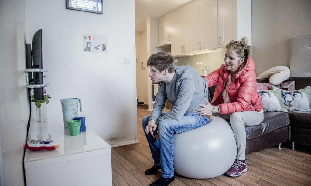 TV-GLAD: Lars liker å se på tv, spesielt hvis det er snakk om Marve Fleksnes i Rolv Wesenlunds skikkelse. Foto: Thomas Rasmus Skaug