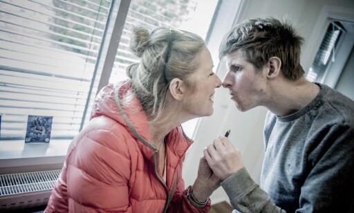FLYTTEKLAR: Lars skal flytte fra Villa Eik om kort tid. Her sammen med mamma Gro Greftegreff på Villa Eik. Foto: Thomas Rasmus Skaug