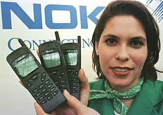 <strong>STOLTE:</strong> Nokia viser fram sin Nokia 3110 på CeBIT'97-messa. Disse mobilene sendte signaler på langt høyere effekt enn dagens telefoner, som også skal ha bidratt til å løse problemet. Foto: Christof Stache / AP / NTB Scanpix
