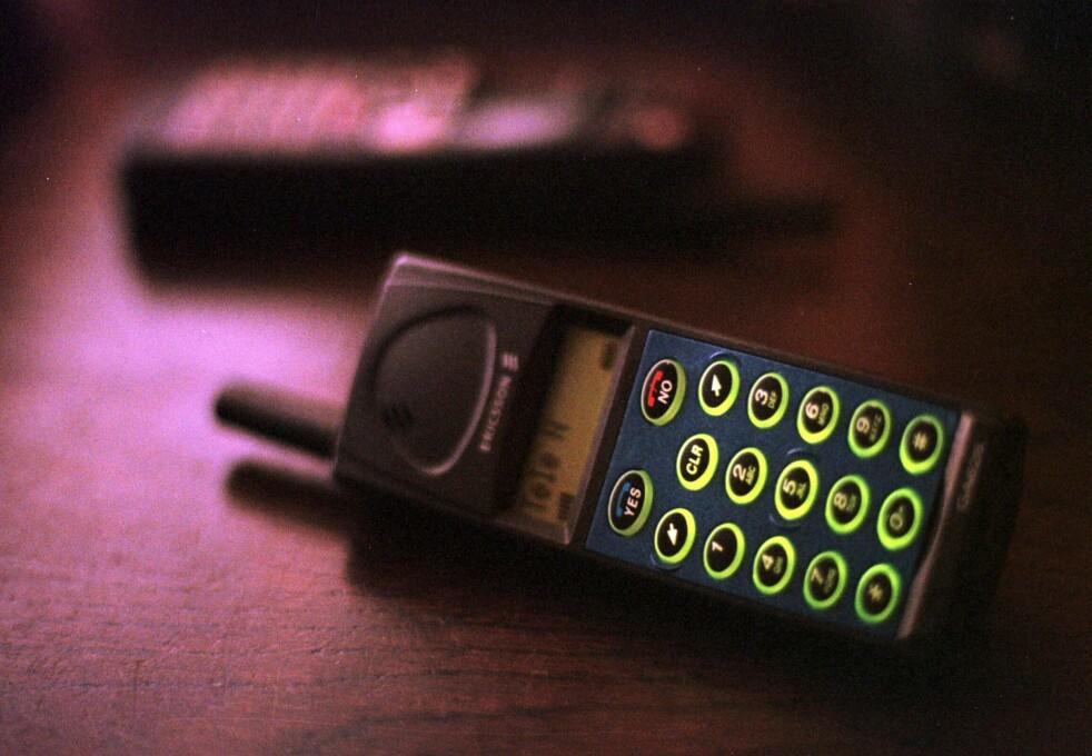 <strong>BRÅKMAKER:</strong> Gamle mobiler hadde ikke bare høye ringetoner. De ga også forstyrrelser som fikk mange høyttalere i nærheten til å gå bananas. Her har du klassikeren Ericsson GA628, lansert i 1996. Foto: Lars Aamodt / NTB Scanpix