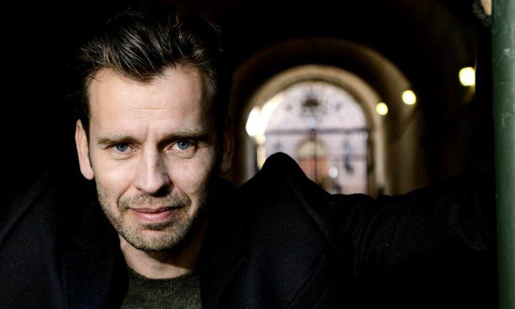 image: Kyrre Hellum (42) føler seg «ræva» når han må gå på NAV. Nå er han heldigvis aktuell i tv-serien «Nobel»