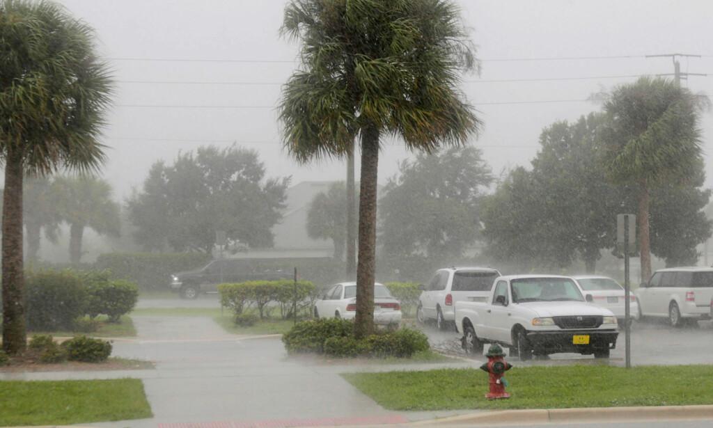 TREFFER I NATT: Orkanen Matthew treffer Florida i natt. Bildet er fra Melbourne der nedbøren er kommet i forkant av orkanen. Foto: Henry Romero / Reuters / NTB scanpix