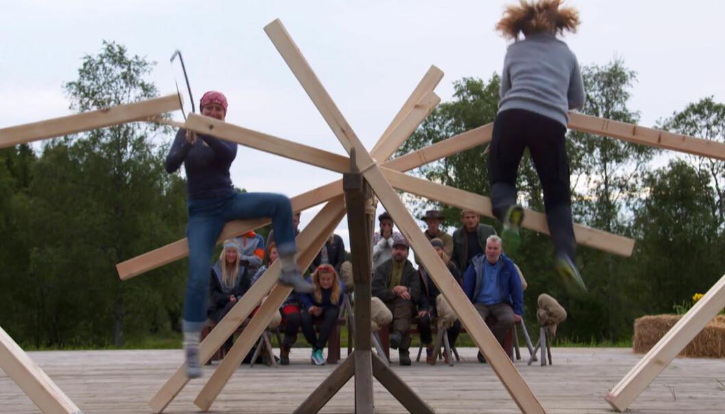 <strong>AVGJORT PÅ MÅLFOTO:</strong> Mindre enn et sekund skilte «Farmen»-deltakerne Anita Kallestad (43) og Kari-Lise Vangen (51) da de møttes til tvekamp i saging. Foto: TV 2