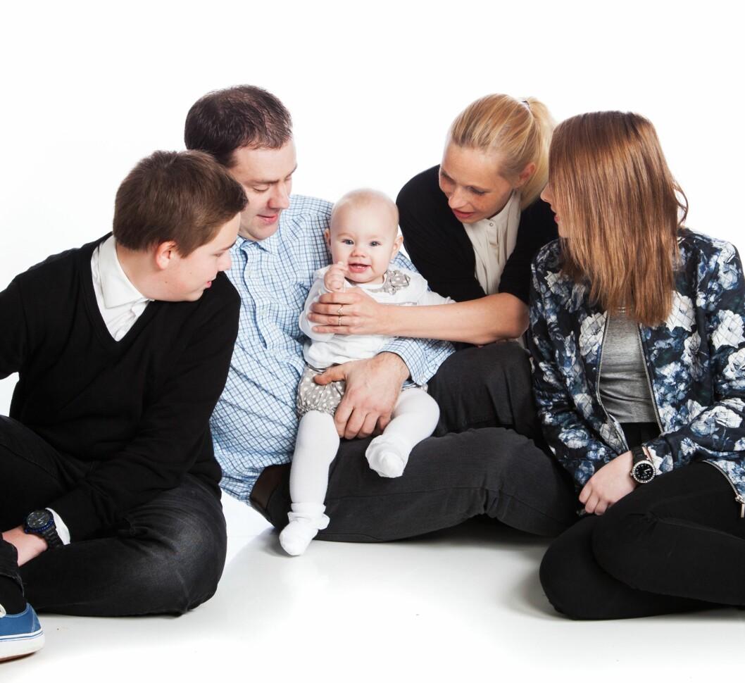 <strong>FAMILIENS NATURLIGE MIDTPUNKT:</strong> – En fordel med å være en attpåklatt er at hun er så heldig å ha fire «voksne» omsorgspersoner rundt seg, sier Eva Jeanette. Foto: Trude Brun
