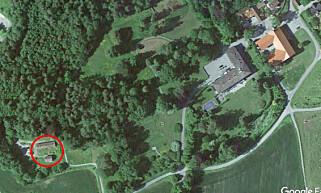 STOR EIENDOM: Eiendommen Skaugum er på 1280 mål og består av flere titalls hus. Nederst til venstre ligger utleieboligene i Semsveien 188 A-E. Oppe til høyre ligger kronprinsparets residens i hovedbygningen. Foto: Google Earth