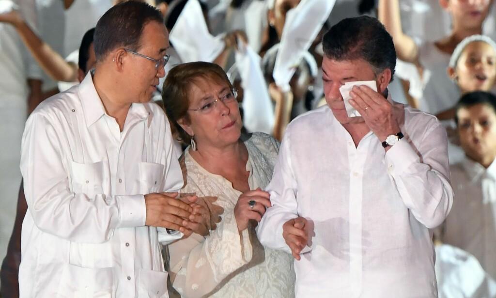 FRED: FNs generalsekretær Ban Ki-moon (venstre) og Chiles president Michelle Bachelet ser på Colombias president Juan Manuel Santos etter at fredsavtalen ble signert. Foto: AFP PHOTO / Luis ACOSTA