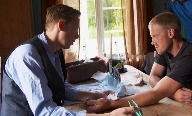 HOLDT MASKA: Helsepersonellet rykket fort ut til gården for å sy såret i hånda til Jenssen. Foto: TV 2