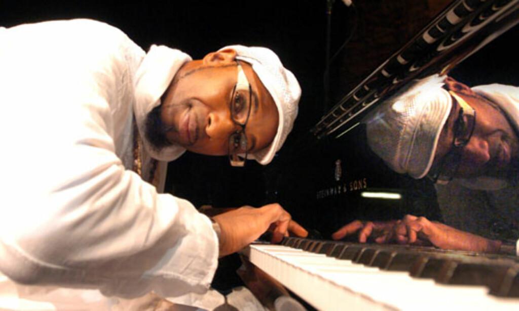 MANGFOLDIG: Omar Sosa er en usedvanlig mangfoldig og spretten pianist. Foto: David Sproule/omarsosa.com