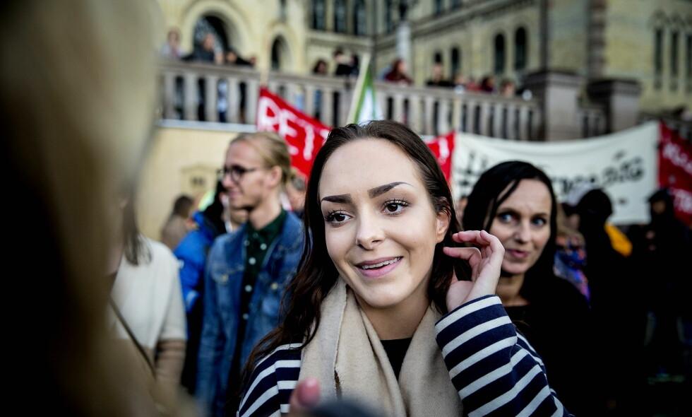 PRISVINNER: Andrea Voll Voldum er utropt som vinner av Jenteprisen for 2016. Her deltar hun i en demonstrasjon for rettssikkerhet for kvinner foran Stortinget. Foto: Bjørn Langsem / Dagbladet