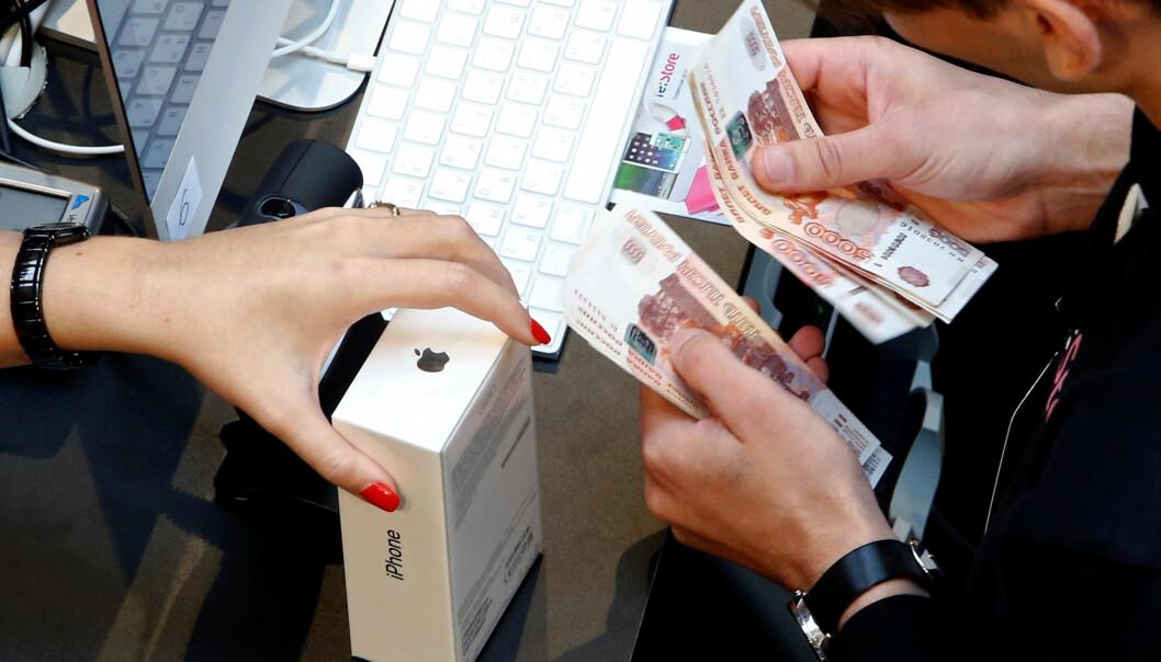 <strong>DYREST:</strong> Av landene vi har sjekket priser i, er det bare i Russland iPhone 7 koster mer enn i Norge. Foto: Sergei Karpukhin / Reuters / NTB Scanpix