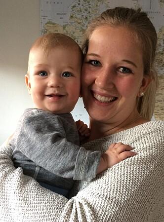 KOSER SEG: Astrid Yirrell og sønnen Jacob synes flere småbarnsforeldre burde delta på generasjonssang. Foto: Privat.