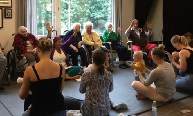 ENGASJERER: Beboerne ved Sofienberghjemmet deltar gjerne med sang og bevegelser. Foto: Privat.
