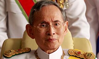 VERDENS LEGSTSITTENDE MONART: Thailands konge, Bhumibol Adulyadej, døde torsdag. Han ble 88 år gammel. Foto: REUTERS/Sukree Sukplang