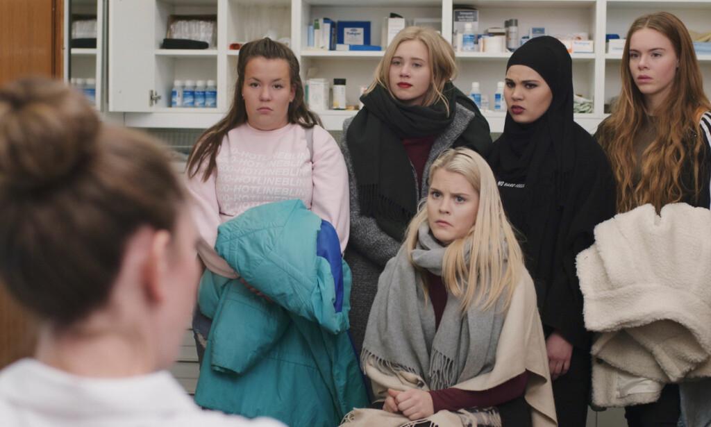 IKKE RIKINGER: (Fra venstre) Ina Svenningdal, Josefine Pettersen, Ulrikke Falch, Iman Meskini og Lisa Teige har blitt rikskjendiser takket være NRK-serien «Skam». Men ut fra fjorårets skattelister å dømme har de ikke blitt rike på suksessen - foreløpig. Foto: NRK
