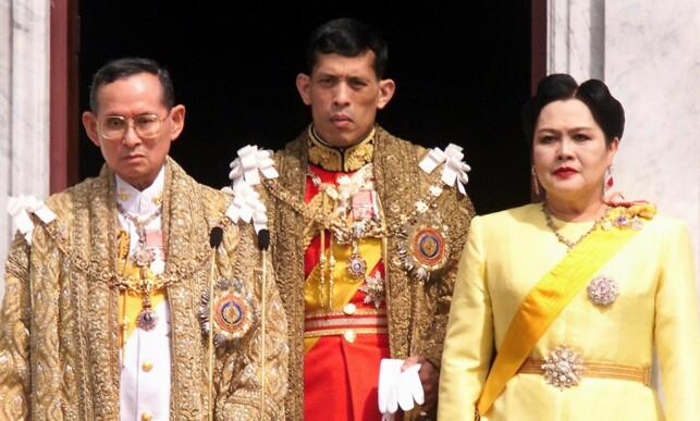 OMSTRIDT KRONPRINS: Bildet av den avdøde kongen Bhumibol Adulyadej, kronprins Maha Vajiralongkorn og dronning Sirikit er tatt i 1999. Foto: AFP PHOTO / PORNCHAI KITTIWONGSAKUL