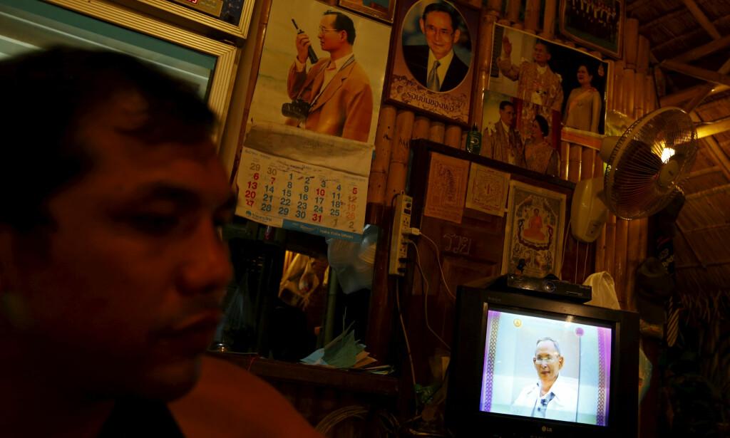 HØYT AKTET: Thailands kong Bhumibol på en tv-skjerm. Dødsfallet preger landet i dag. Foto: Reuters