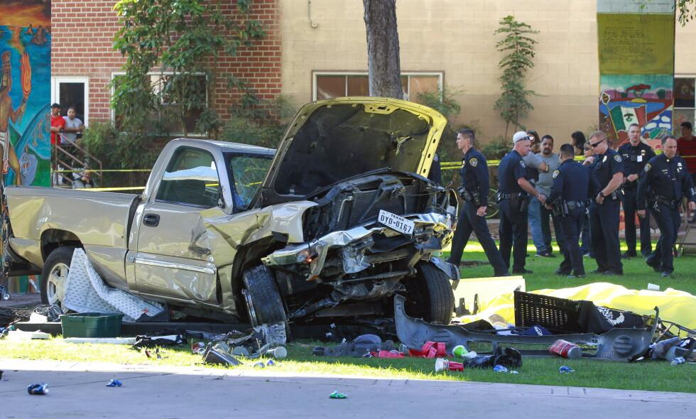 FIRE DREPT: Fire personer mistet livet og minst ni ble skadd da denne bilen kjørte av en bro og landet i Chicano Park i San Diego. Foto: Hayne Palmour IV/San Diego Union-Tribune/NTB Scanpix