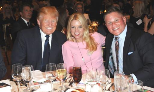 GIVER: Donald Trump ga penger til Floridas justisminister Pam Bondi (i midten) bare dager før hun bestemte at Florida ikke skulle delta i saken mot Trump University. Foto: Splash News / NTB scanpix