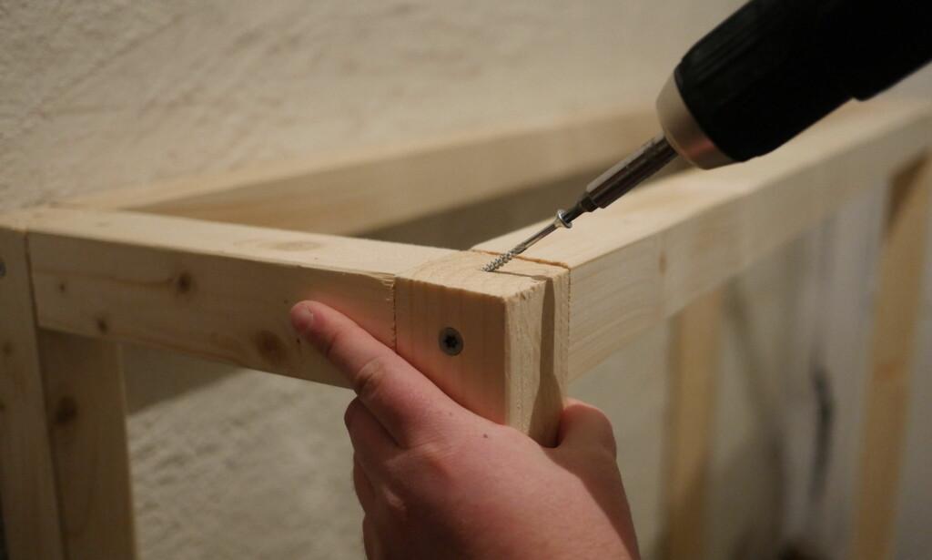 SKRU SKRÅTT: Fest rammene ved hjelp av en kortere lengde på kortsiden. Sett inn skruen skrått så treffer du ikke den andre skruen. FOTO: Simen Søvik