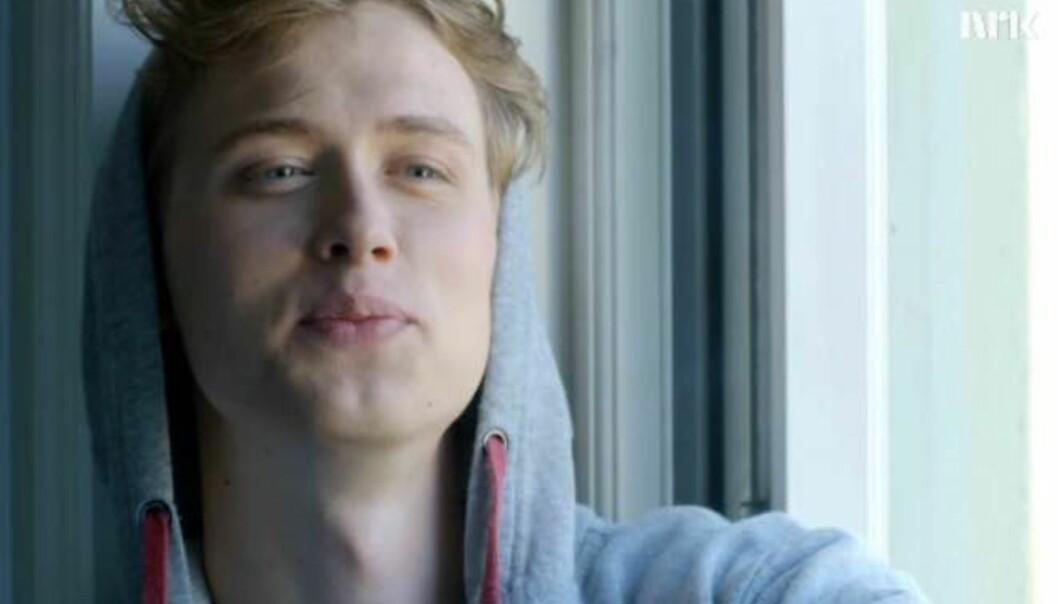 <strong>LOVENDE:</strong> Nykommeren Even i «Skam» sesong 3, spilles av Henrik Holm, regissør av «Halvbroren» mener han har sjarm og talent. Foto: Skjermdump NRK