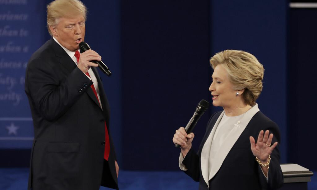 DUETT? Bilder som dette har fått vittige personer på internett til å late som Trump og Clinton sang duett under den siste debatten mellom dem. Det gjorde de ikke, men tonen var til tider falsk. Foto: AP / Patrick Semansky / NTB scanpix