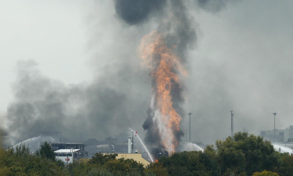 EKSPLOSJON: En ildsøyle står til værs etter eksplosjonen i BASFs fabrikk i Ludwigshafen i Tyskland. Foto: Ralph Orlowski / Reuters / NTB scanpix