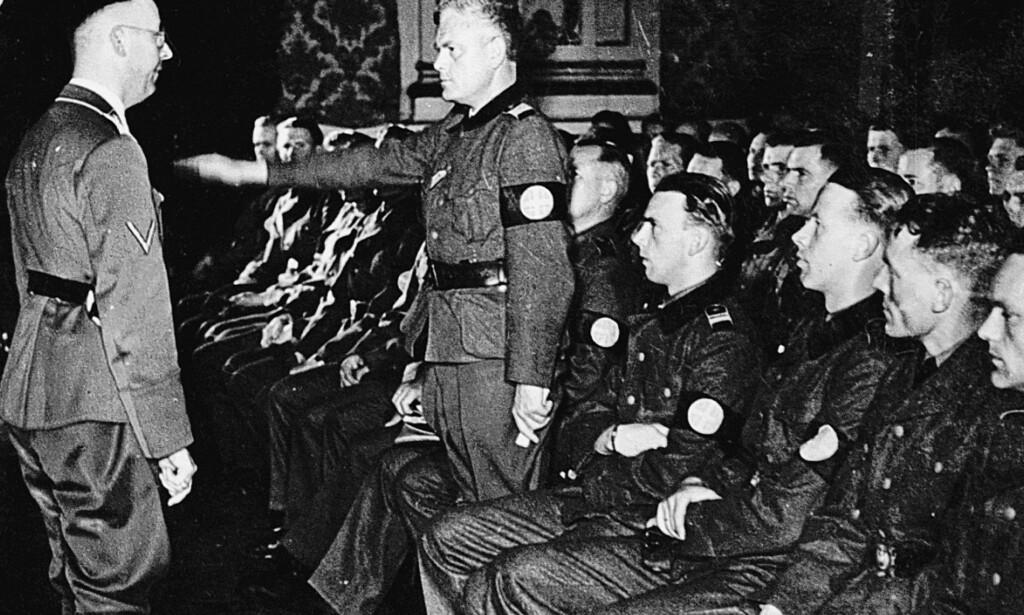 Troskapseden: Heinrich Himmler utnevner Jonas Lie til leder for Germanske SS Norge. Foto: Ukjent/Fra boken Himmlers Norge