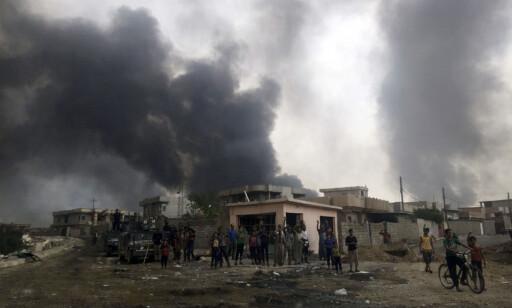 FEIRET: Irakere i byen Qayara, 70 kilometer sør for Mosul, feiret i august at terrorgruppa IS var tvunget på flukt fra byen deres. Nå håper den irakiske regjeringen at også de rundt 1,2 millioner menneskene i Mosul snart kan gjøre det samme. Men kampen om Iraks nest største by kan bli langvarig. Foto: Ap / Scanpix