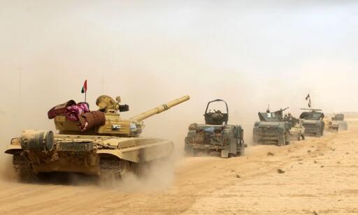 KLARE FOR KRIG: Irakiske styrker beveger seg sakte, men sikkert mot millionbyen Mosul. Her er soldater og deres kjøretøy ved al-Shurah-området, 45 kilometer sør for den IS-kontrollerte byen. 30 000 irakiske styrker er med i offensiven, og får hjelp fra kurdiske styrker og den USA-ledede koalisjonen. Foto: Ahmad al-Rubaye / Afp / Scanpix