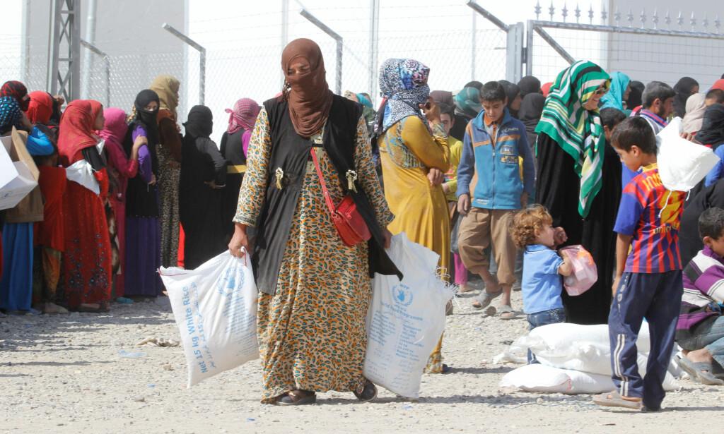 FLYKTER FLYKTNINGSTRØM: I flyktningleiren Daquq i Irak får irakere hjelp etter at de flyktet fra IS-kontrollerte Hawija og Mosul. Nå forventer FN masseflukt fra Mosul. Foto: Ako Rasheed / Reuters / Scanpix