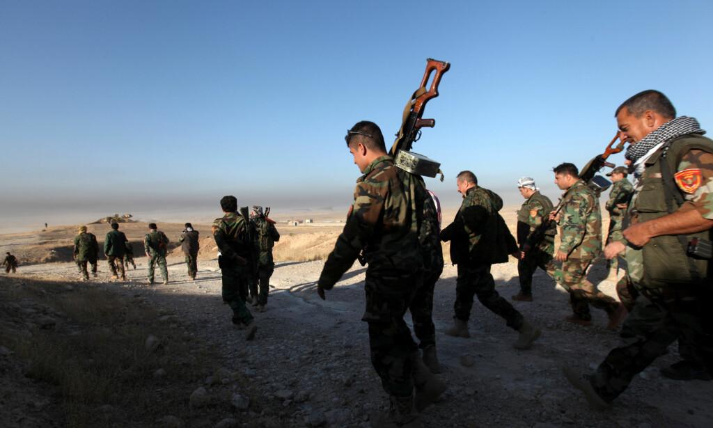 KOALISJON: Peshmerga-styrker øst for Mosul, på vei inn i kamper om å ta over byen fra IS. Bildet er tatt 17. oktober. Titusener av irakiske regjeringssoldater, sjiamuslimske militssoldater, sunnimuslimske stammekrigere og kurdiske militssoldater deltar også i offensiven. Foto: REUTERS/Azad Lashkari