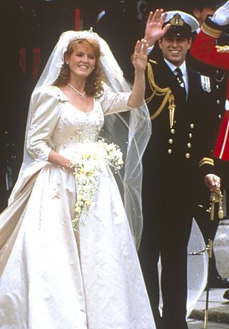 FORSØKTE Å SELGE TILGANG: Sarah Ferguson, her fra bryllupet sitt med prins Andrew i 1986, forsøkte i 2010 å selge tilgang til prinsen. Det skapte et voldsomt medieoppstyr internasjonalt. Foto: NTB scanpix