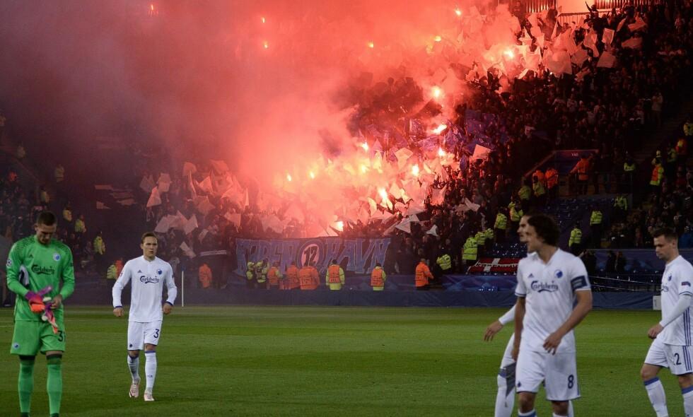 BLUSS: FCK-tilhengerne tente opp bluss og pyroteknikk før avspark mot Leicester i går. Nå åpner UEFA disiplinær-sak. Foto: AFP PHOTO / OLI SCARFF / NTB Scanpix